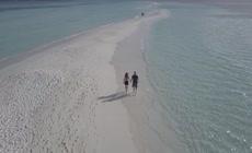 情侣海滩徒步旅行实拍