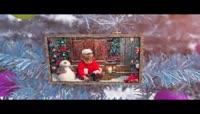 悬挂在白色圣诞树上的照片