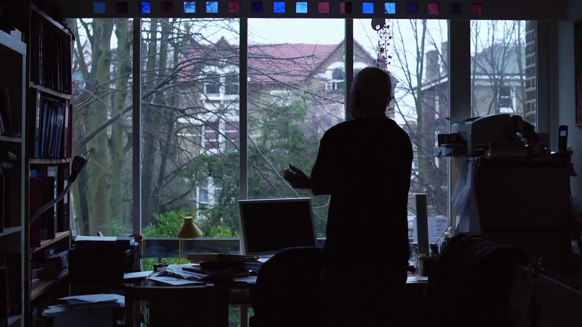 窗前等待的老人 剪影