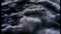 波涛汹涌、拍打海洋