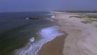 海浪冲击着沙滩