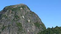 蓝天下屹立的山峰