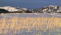 山峰下的雪景