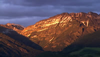 夕阳映照着山峰