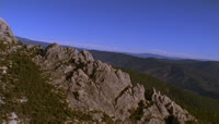 高耸的山峰,茂密的树林
