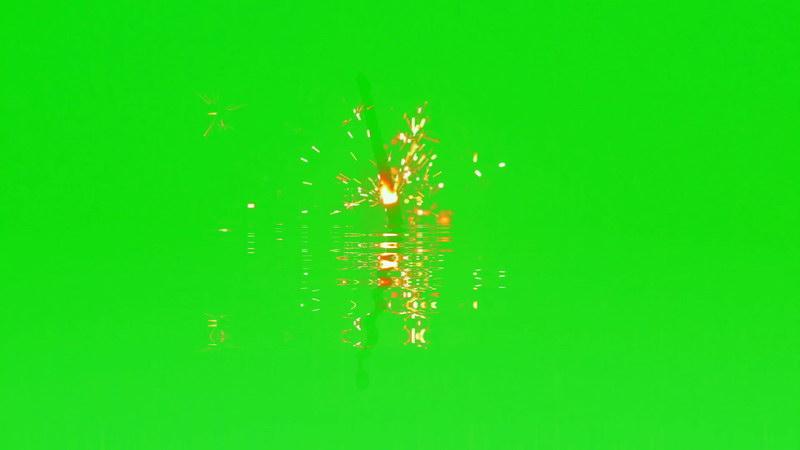\[4K\]绿屏抠像水面上绽放的烟花