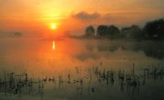 清晨日出烟雾弥漫渔人木筏江面打渔 捕鱼高清实拍