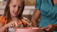 小女孩学习打蛋
