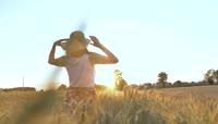 金黄麦田中行走的女孩视频素材