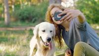 女孩与狗合影视频素材