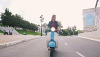 时尚女孩骑电瓶车视频素材