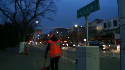 实拍清晨清洁工环卫工人清扫街头垃圾视频素材