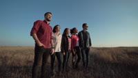 一群年轻的伙伴在乡间的田野里实拍视频