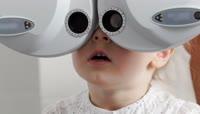 实拍金发小女孩检查视力视频素材