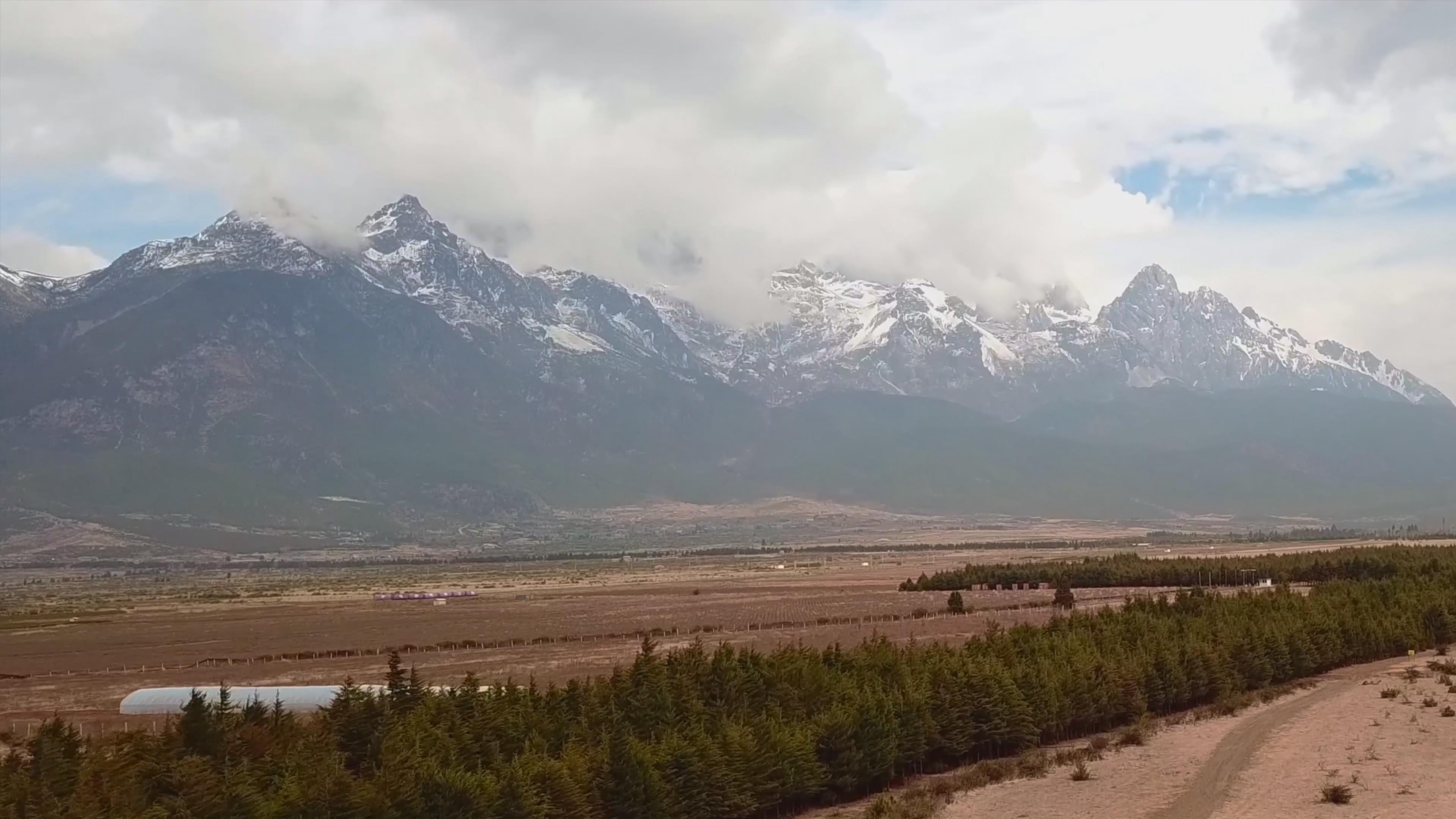 玉龙雪山 雪山 森林 牧场 牛 羊 草原 山沟 湖 航拍 4k