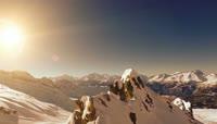 冬日的群山覆盖一层白雪