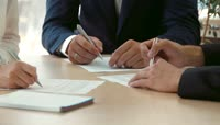三家企业坐在一起签订合同实拍视频