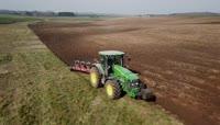 机械化耕地施肥视频素材
