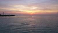 夕阳下的大海还有船