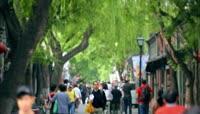 街头行人 街上行人人流人群 凉亭开满花的树枝蓝天 高清实拍视频