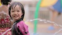 水上游乐园里外国的儿童小朋友戏水 嬉戏愉快的情景