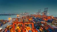 忙碌的货运码头 繁忙工作中的码头货柜运输\-快速镜头