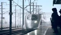 高铁和谐号动车快速驶过   地铁高速公路立交桥上车流