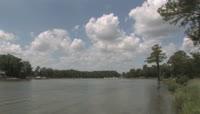 云层快速涌动下的湖面风光