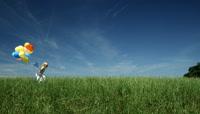 草地上的小女孩带气球跑过 房地产高清实拍视频素材