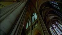 巴黎圣母院大教堂内回廊门窗的雕刻和绘画艺术 高清实拍视频素材