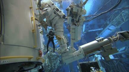 工作人员水下工作延时实拍高清视频素材