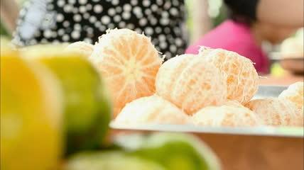 人快速剥柑橘子皮过程 妇女快速剥桔子皮高清实拍视频素材