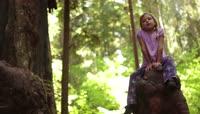 4K森林树干树根小女孩仰望大树