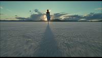 女孩走向太阳摄影