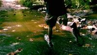 河水中奔跑的人
