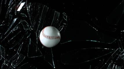 棒球打破了玻璃