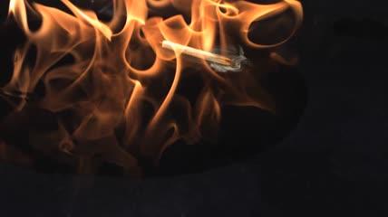 点燃的火柴