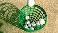 落入篮子的高尔夫球