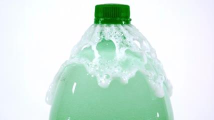 液体溢出瓶子