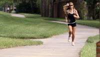 16公园跑步的外国美女