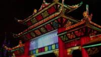 国外彩灯节中国风楼阁夜景 民众游玩观赏