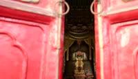 ST00705朱红大门缓缓打开圣人孔子雕像佛像特写