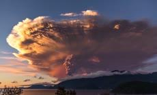 美丽壮观的火山爆发蘑菇云