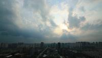 城市上空的乌云遮日