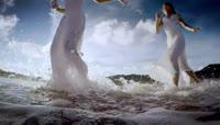 女孩在海边沙滩上快乐奔跑女孩在海边沙滩上奔跑女孩在海边奔跑女孩在沙滩上奔跑沙滩海边大海海边旅游
