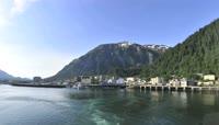 青山绿水间游艇4K视频素材