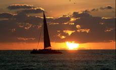夕阳下海上行驶的帆船